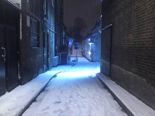 積もった雪:滞在先のすぐ近くの路地にて